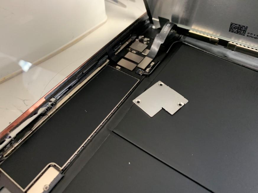 液晶画面を固定したプレートを外したiPad7(2019)