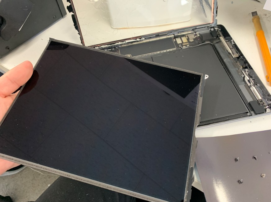 液晶画面を取り出したiPad7(2019)