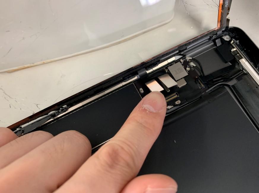 ガラスとホームボタンのコネクタを外したiPad7(2019)