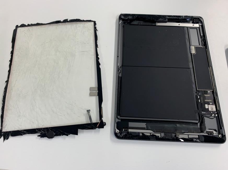 本体からガラスパーツを剥がしたiPad7(2019)