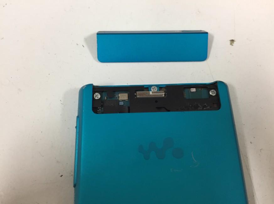 本体上部のプラスチックパーツを剥がしたウォークマンNW-F807