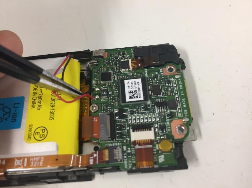 バッテリーコネクタを外しているNW-S313