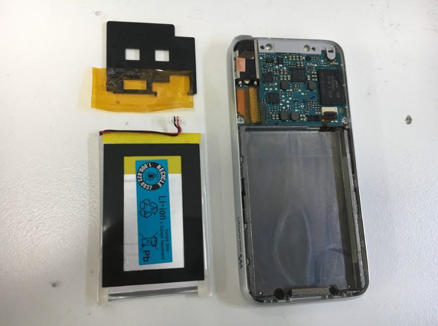 内蔵バッテリーを取り出したNW-S739F