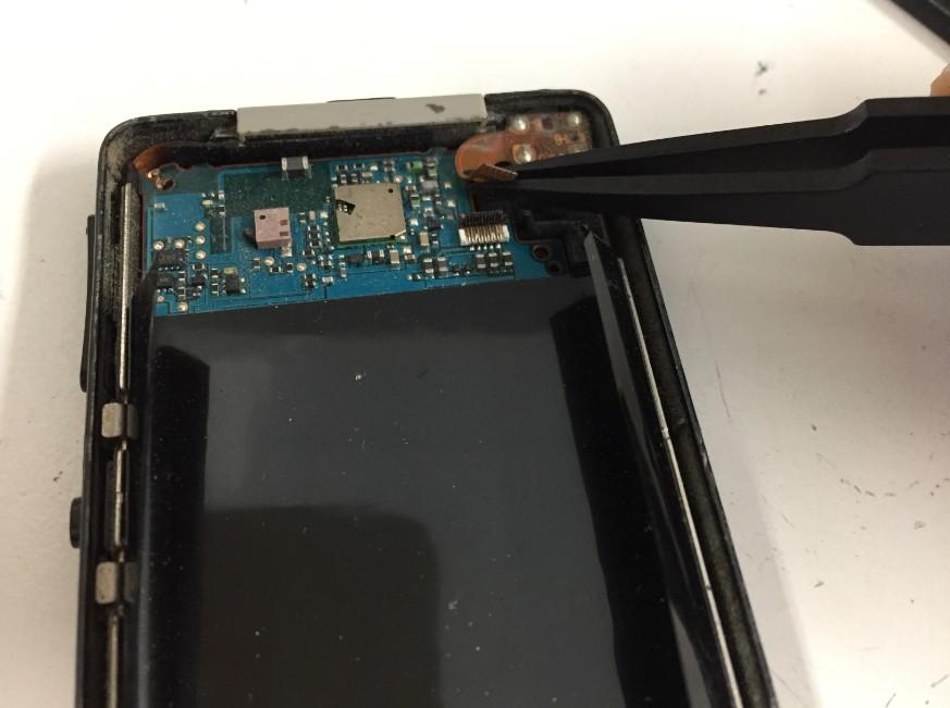 液晶画面のケーブルを外しているNW-X1060