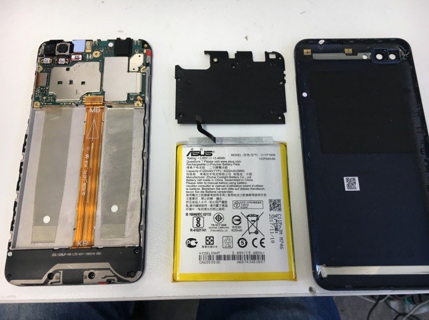 バッテリーを本体から取り出したZenfone4Max