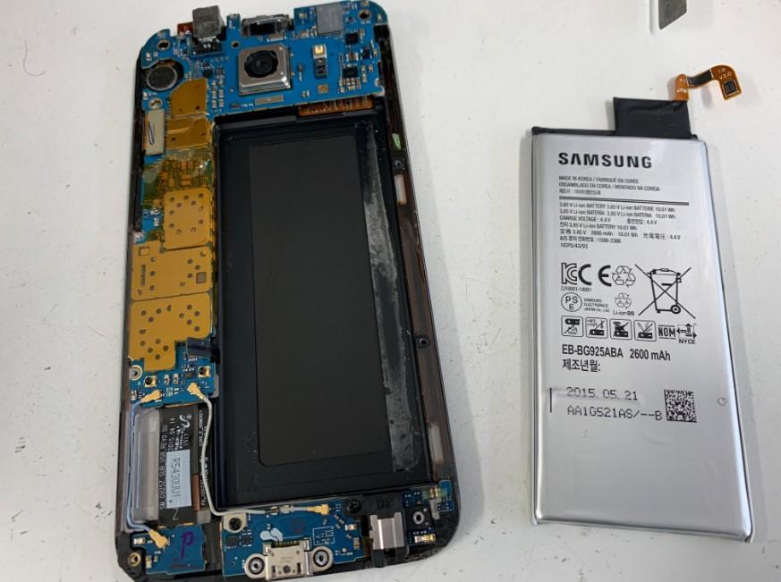 内蔵バッテリーを取り出したGalaxyS6Edge