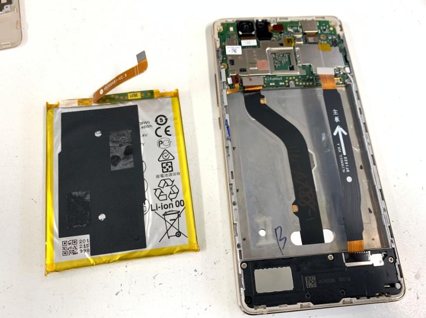内蔵バッテリーを取り出したHUAWEI P9