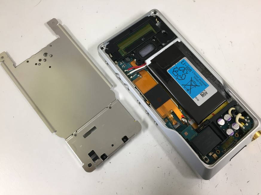 内部のプレートを剥がしたNW-ZX1