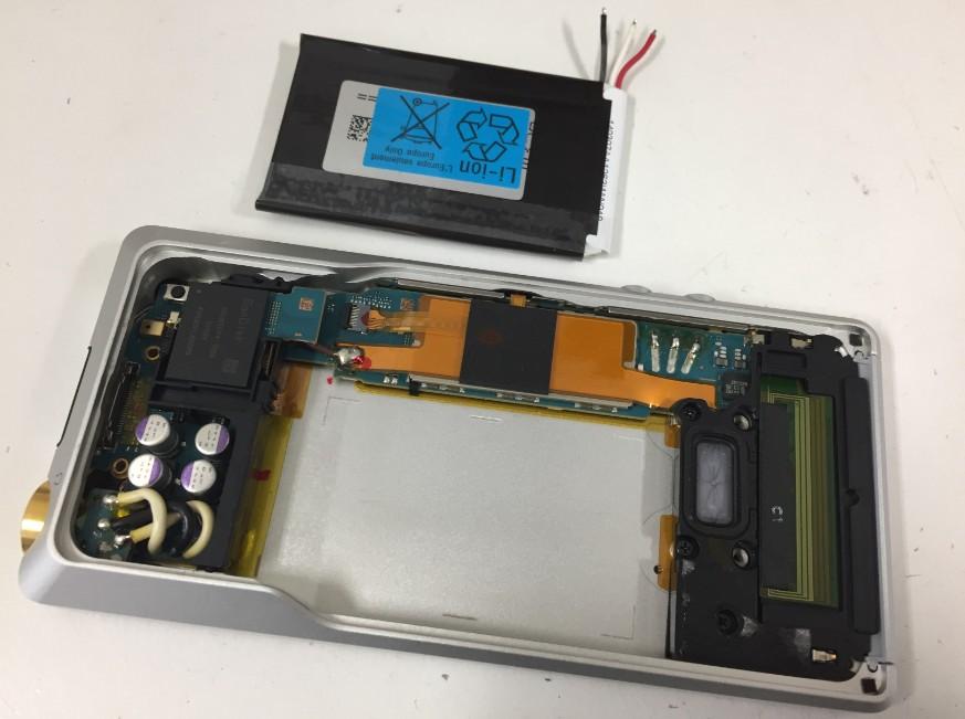 内蔵バッテリーを取り出したNW-ZX1