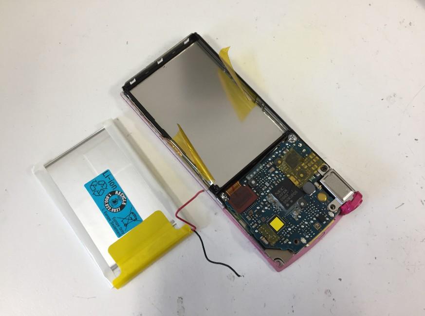 バッテリーを本体から取り出したNW-S644