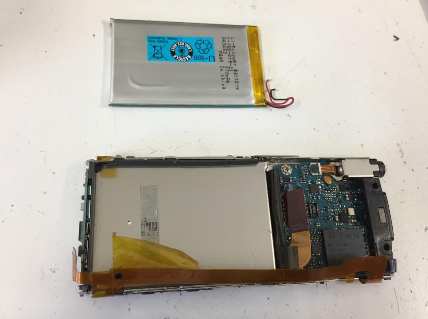 古いバッテリーを本体から取り出したNW-S755