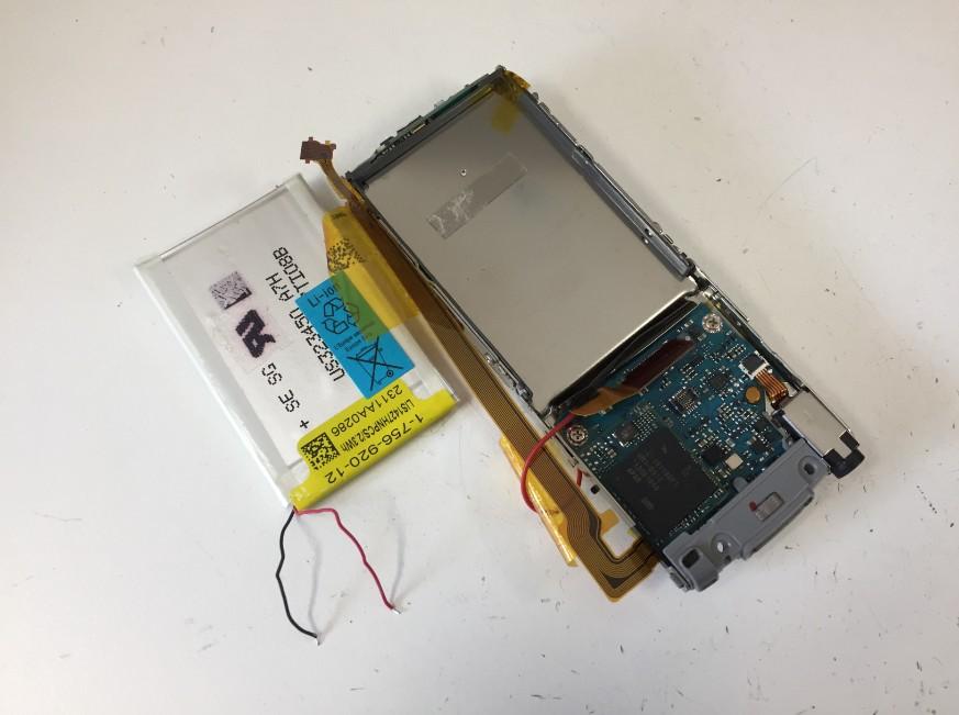 内蔵バッテリーを取り出したウォークマンNW-S766