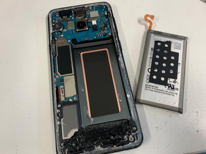古いバッテリーを取り出したGalaxyS9