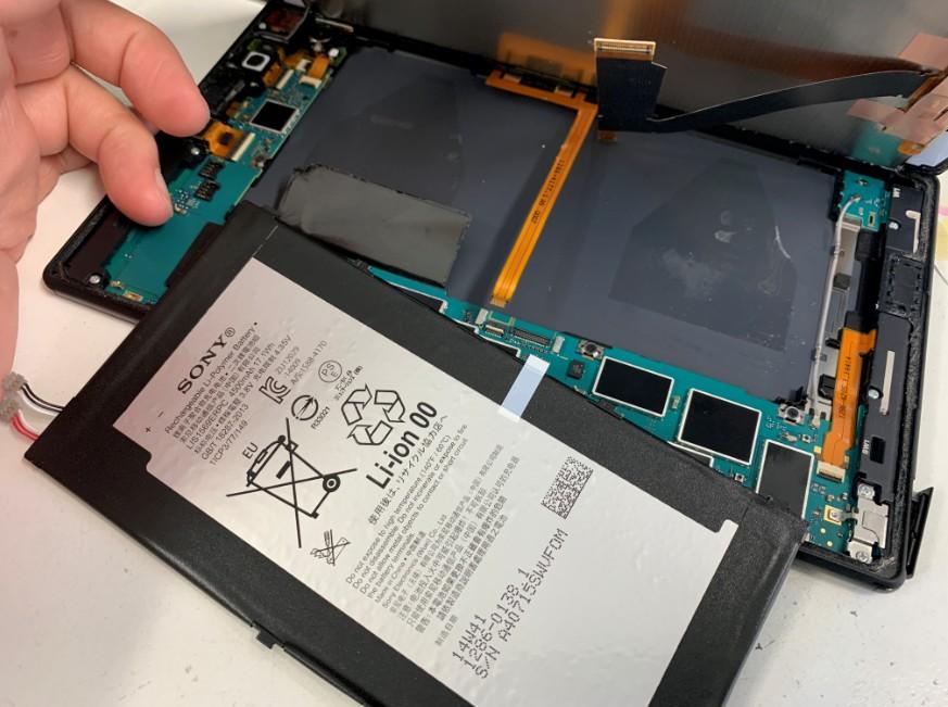 本体からバッテリーを取り出したXperiaZ3 Tablet Compact