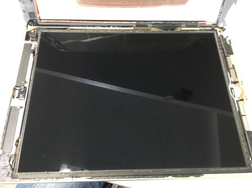 割れたガラスを本体から剥がしたiPadAir
