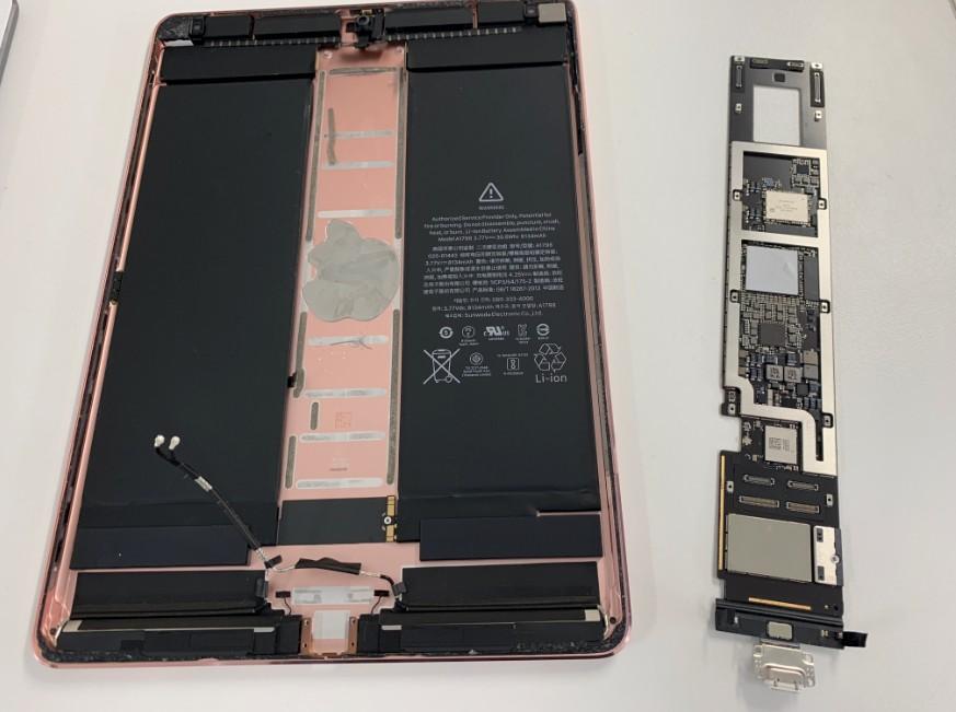 本体から基板を取り出したiPadPro10.5