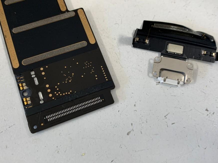 充電口パーツを本体から剥がしたiPadPro10.5