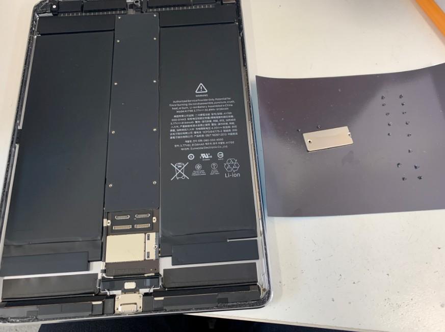 基板を覆ったプレートのネジを外したiPadPro10.5