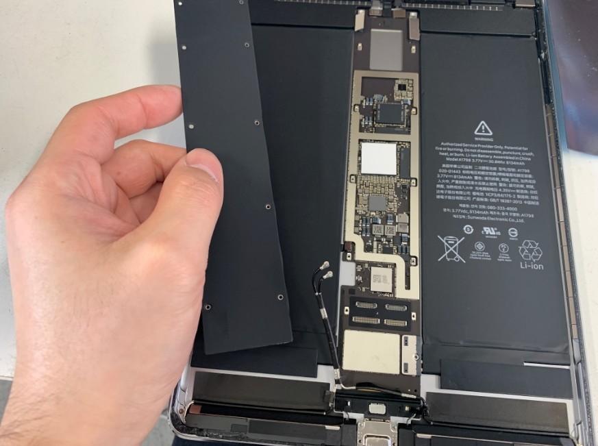 基板を覆ったプレートを取り外したiPadPro10.5