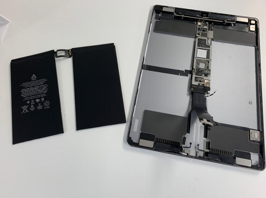 バッテリーを本体から取り出したiPadPro12.9(第1世代)