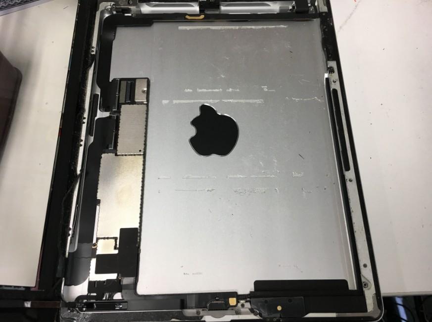 バッテリーを本体から取り出したiPad第2世代