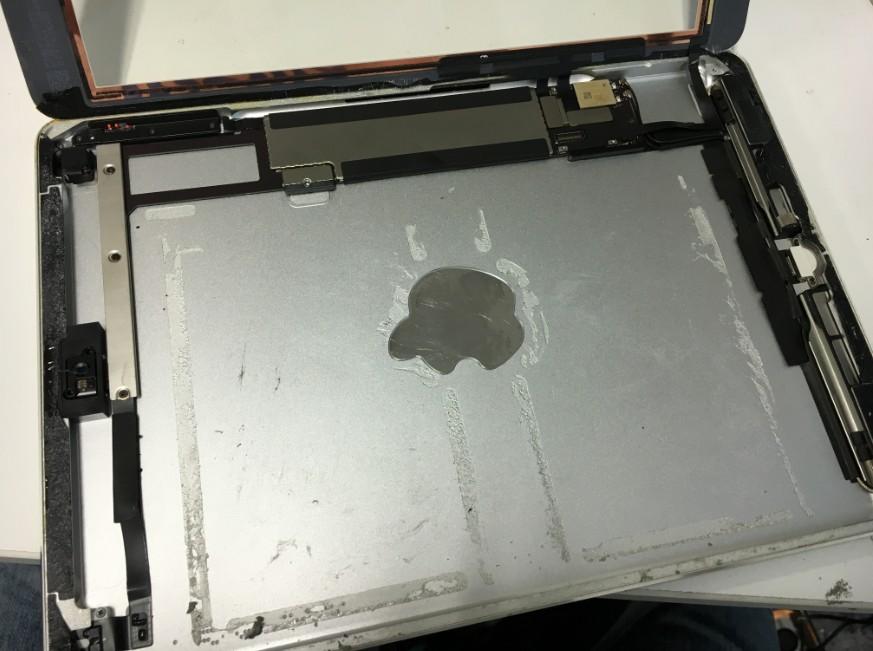 バッテリーを本体から取り出したiPadAir