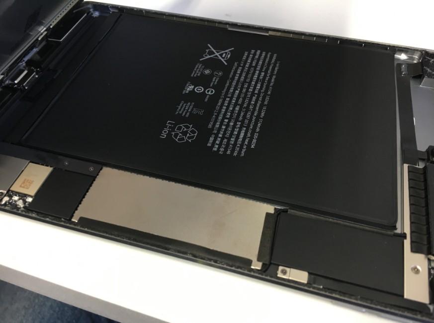 液晶画面を持ち上げたiPadmini4