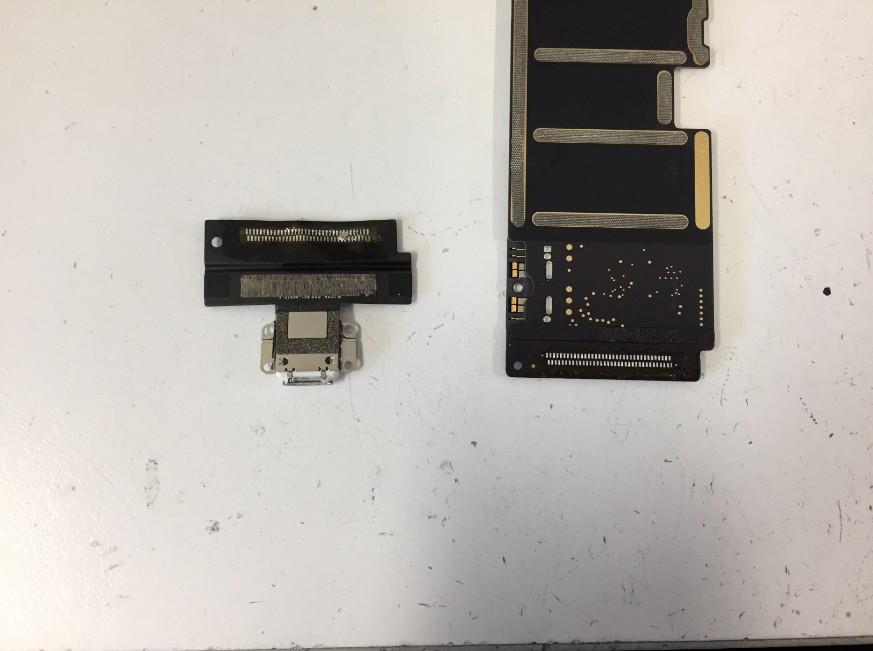 充電口パーツを本体から取り出したiPadPro10.5