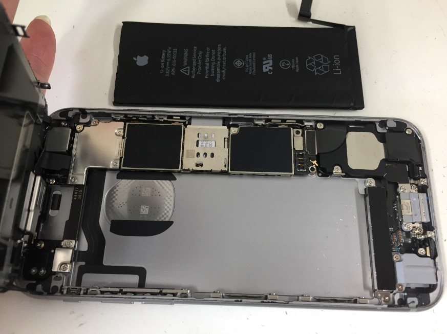 バッテリーを本体から取り出したiPhone6s