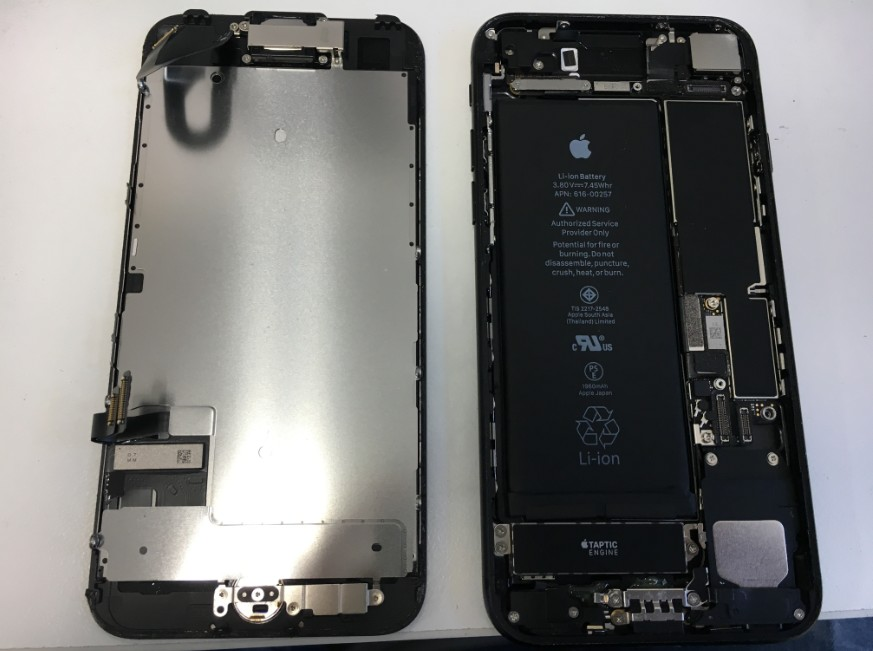 液晶画面を本体から取り出したiPhone7