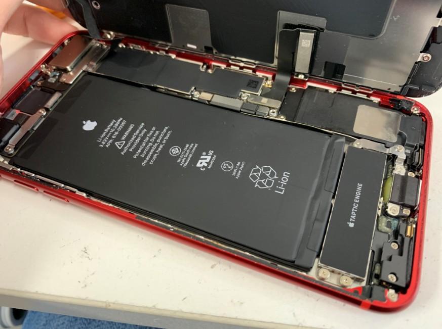 基板修理のために分解中のiPhone8Plus