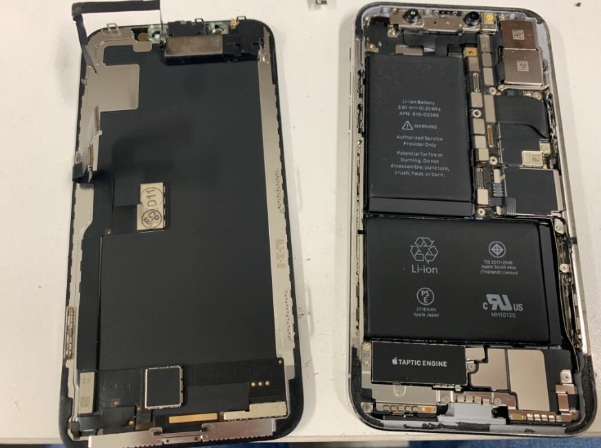 画面パーツを本体から取り出したiPhone10