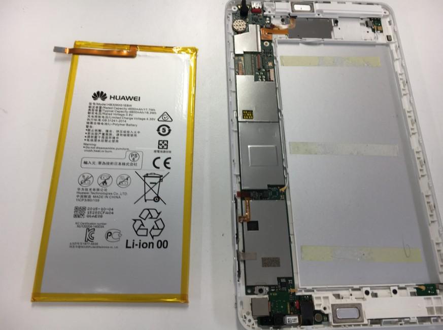 バッテリーを取り出したdocomoタブレット(d-01G)