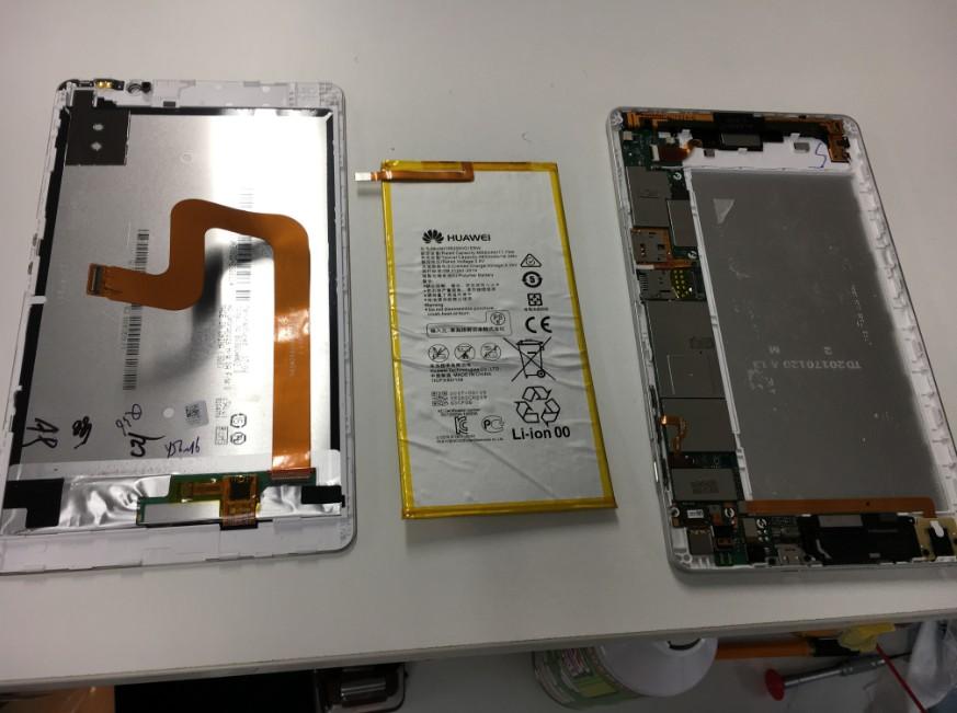 バッテリーを本体から取り出したdocomoタブレット(d-02h)