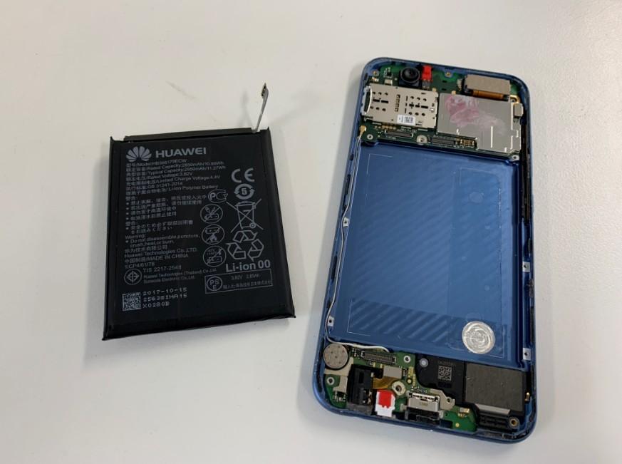 バッテリーを本体から取り出したHUAWEI nova2
