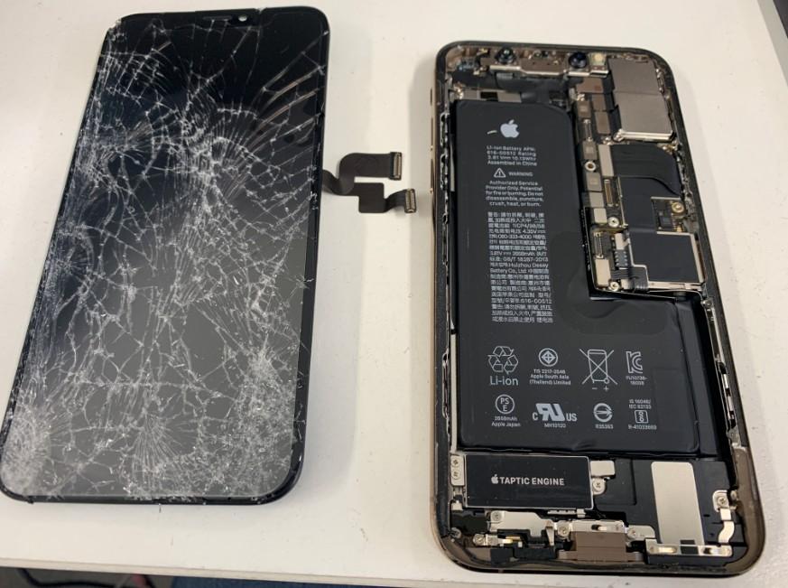 画面パーツを本体から剥がしたiPhoneXS