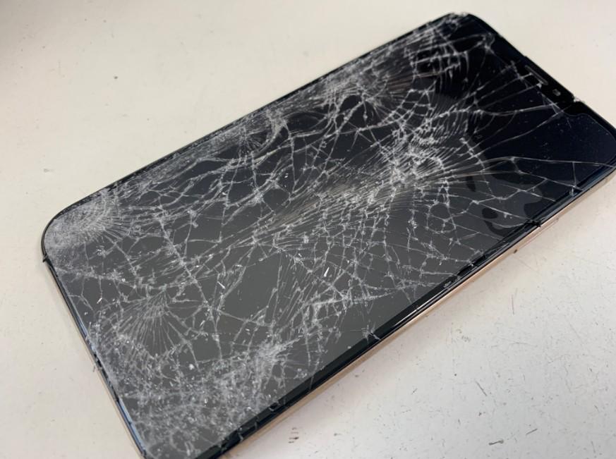 表面ガラスが粉々に割れて操作不可になったiPhoneXS
