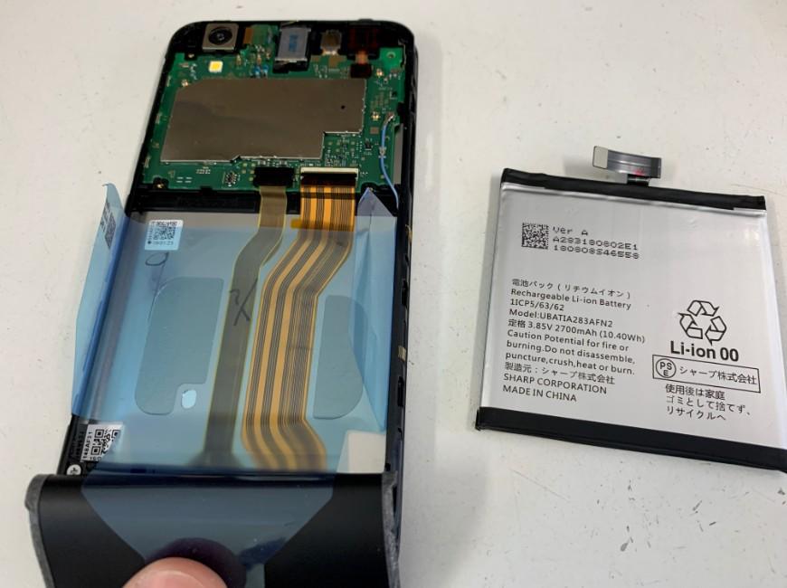 バッテリーを取り出したAQUOS sense basic(702SH)