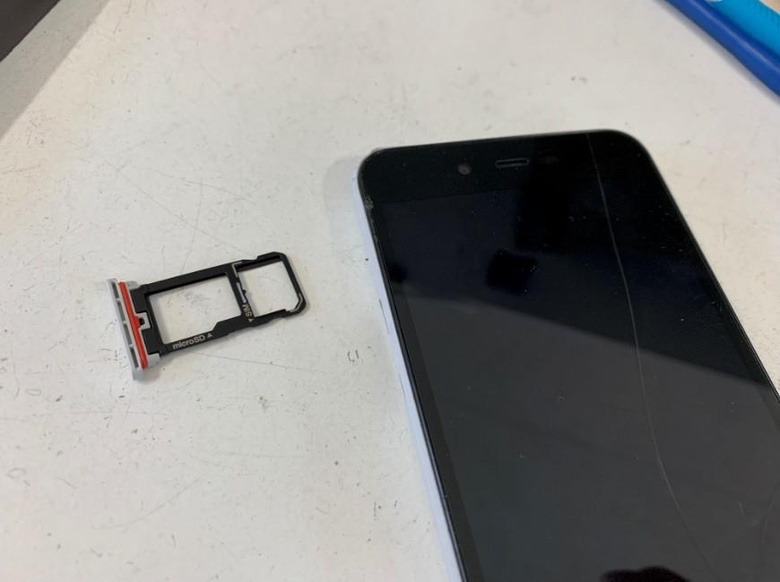 SIMトレイを取り出したAndroid One S3