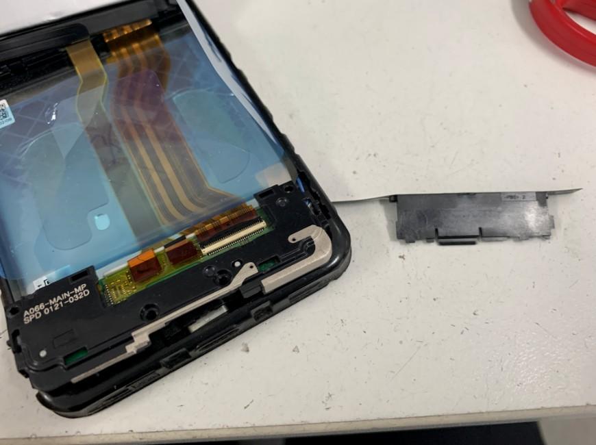 充電口部分を覆ったプラスチックパーツを剥がしたAndroid One S3