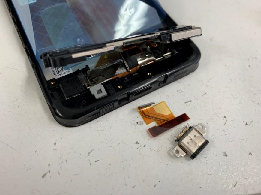 充電口パーツを取り出したAndroid One S3