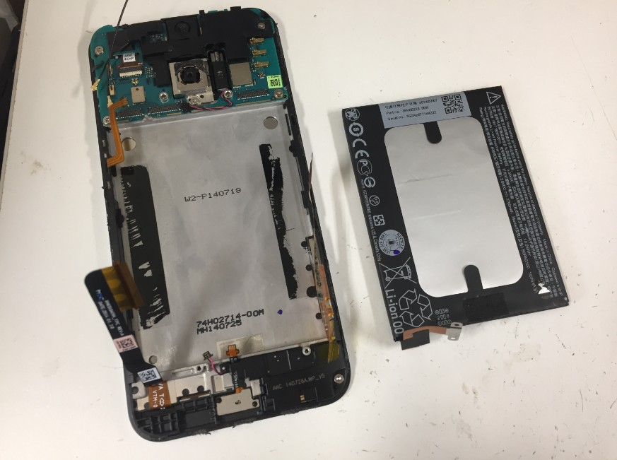 バッテリーを本体から取り出したHTL23