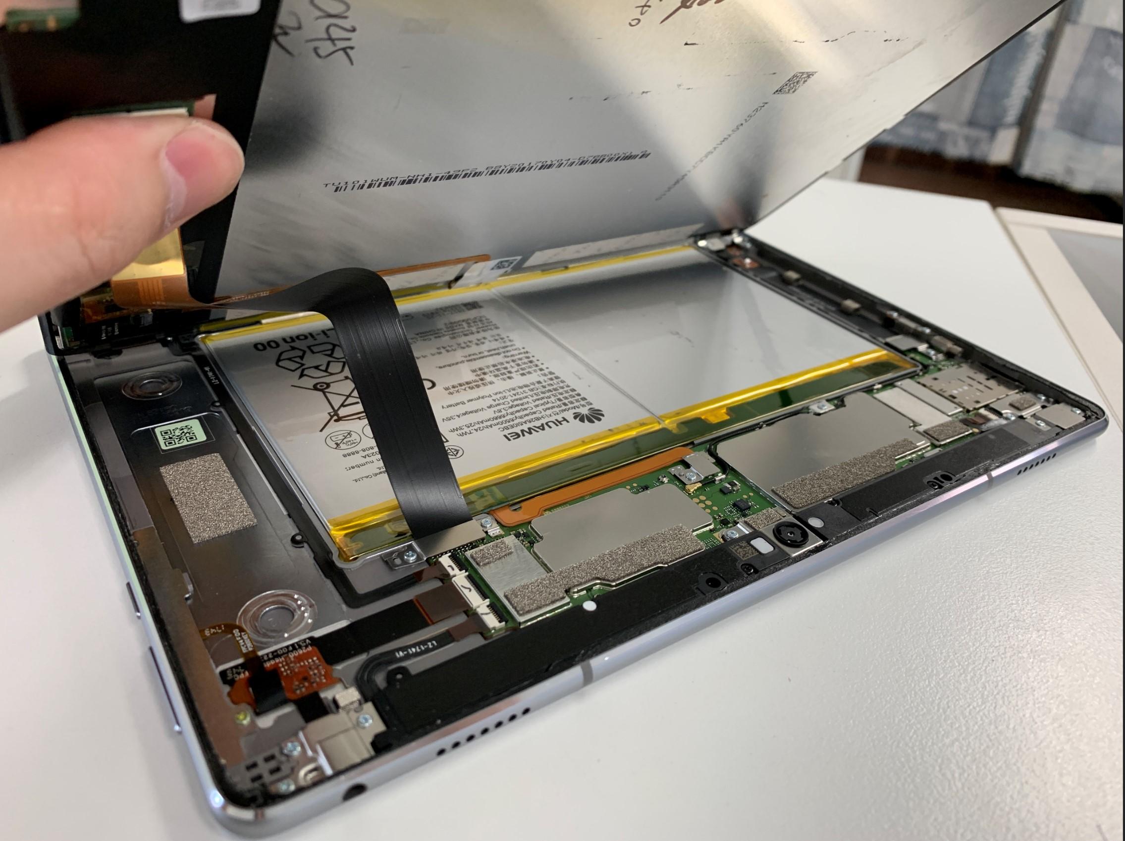 画面を持ち上げたMediaPad M3 lite 10.1