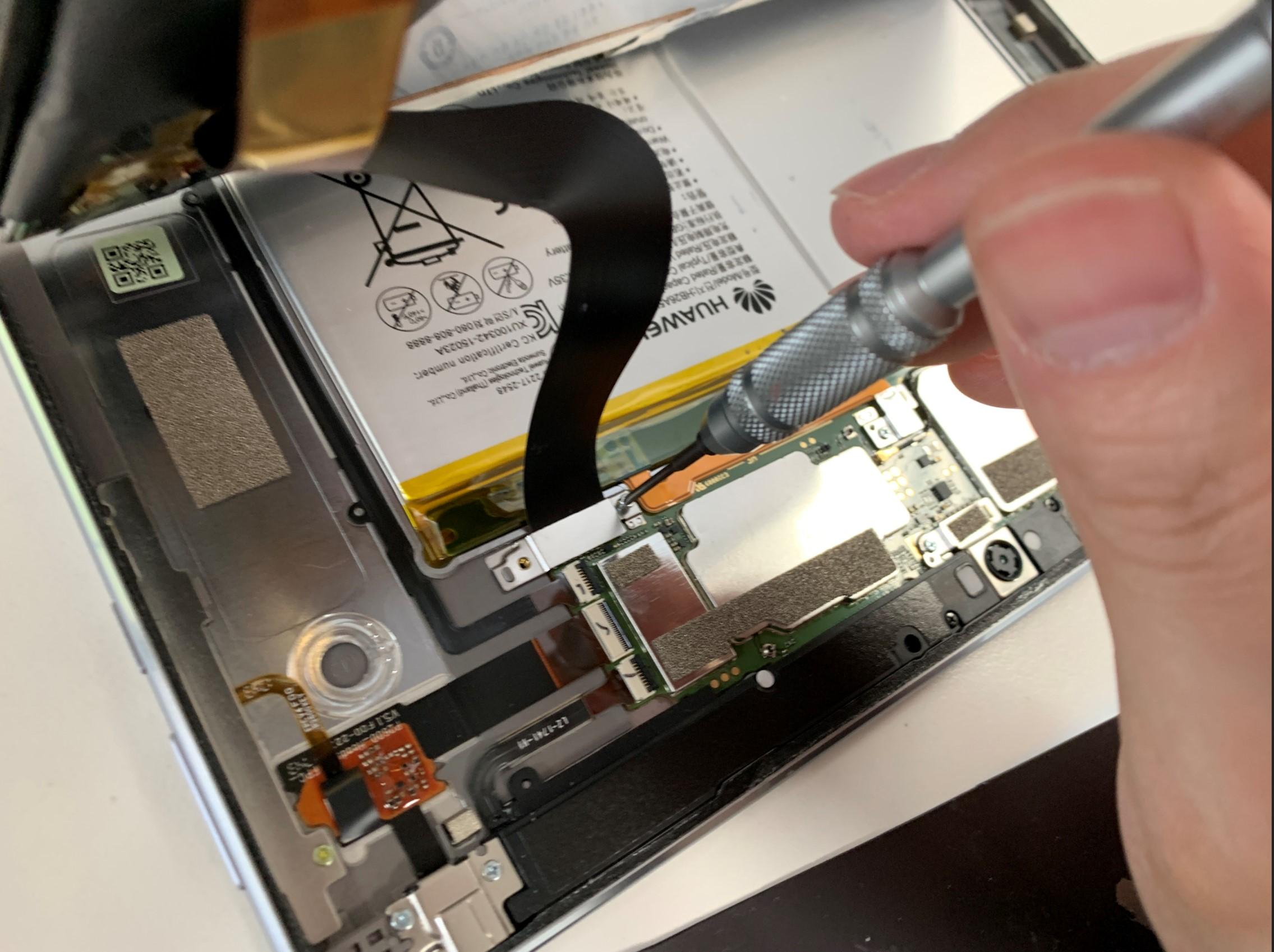 画面コネクタを止めたプレートを外そうとしているMediaPad M3 lite 10.1
