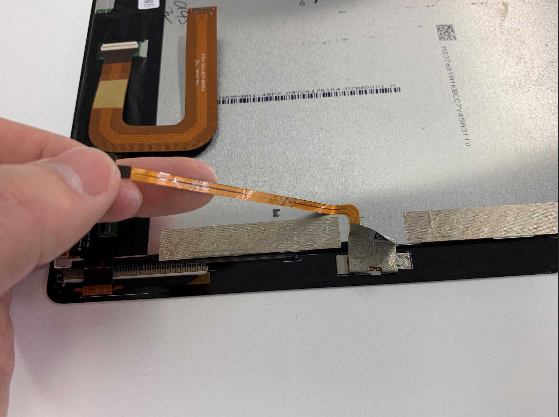 指紋認証ケーブルを剥がしているMediaPad M3 lite 10.1