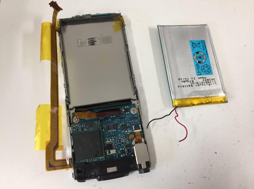 バッテリーを取り出したウォークマンNWS766