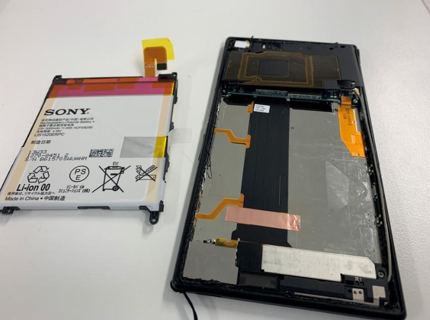 古いバッテリーを取り出したXperia Z Ultra