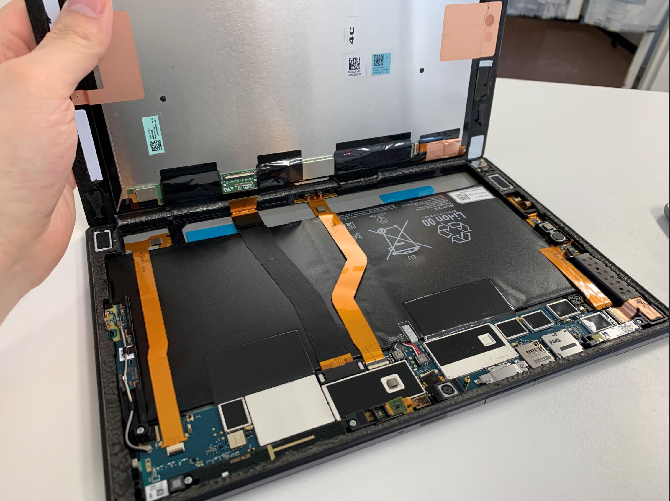 画面を持ち上げたXperia Z2 Tablet
