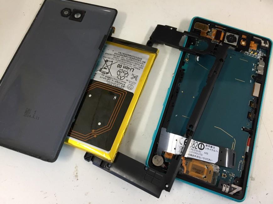 バッテリーを本体から取り出したXperia ZL2