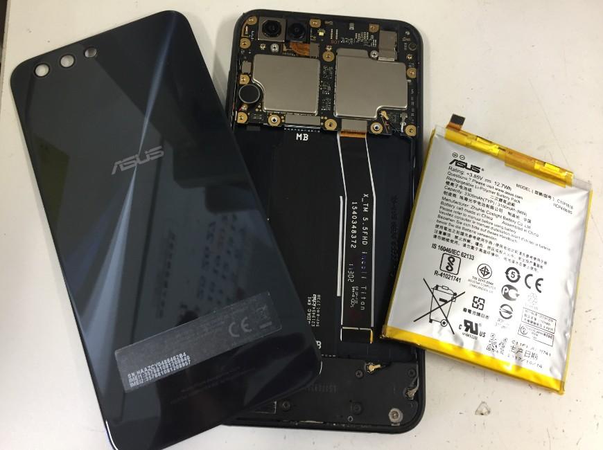 本体からバッテリーを取り出したZenfone4(ZE554KL)